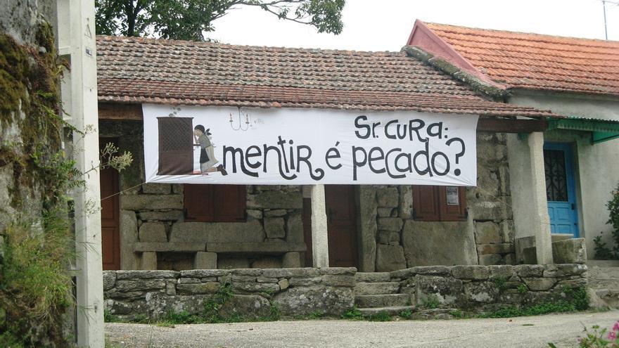 Pancarta de los vecinos contra el sacerdote, cuando estalló el caso