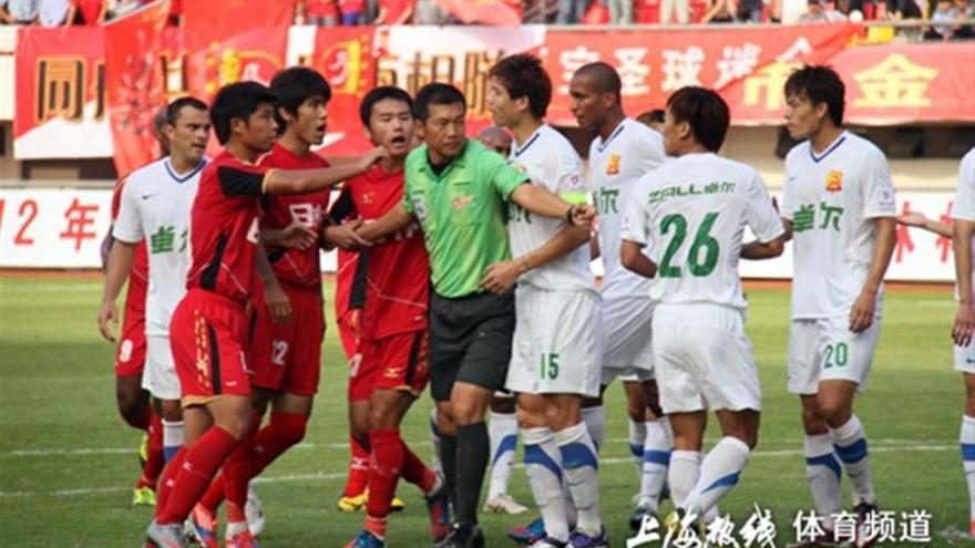 Jugadores del Shanghai East Asia (de rojo) en un partido de la LIga china frente al Wuhan.