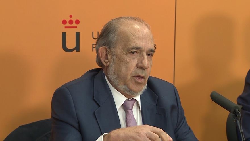 Álvarez Conde, director del Instituto de Derecho Público, utilizaba el renombre de la universidad para ofrecer másteres privados.