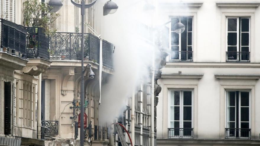 Un humo sale de un edificio en el lugar de una explosión en una panadería cerca de la Rue de Trevise en París, Francia