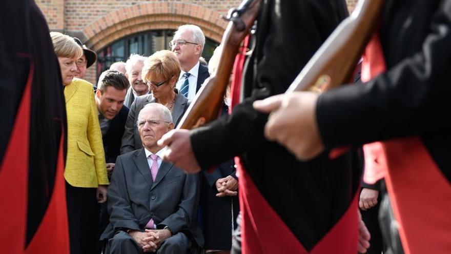 """Merkel y Juncker rinden homenaje al """"gran europeo"""" Schäuble en sus 75 años"""