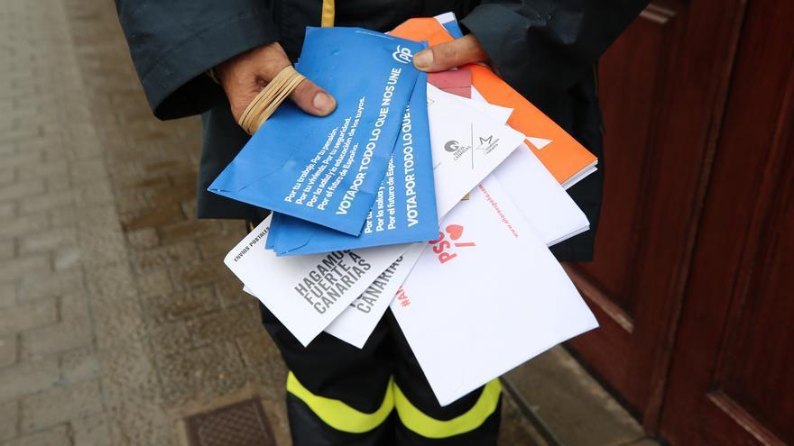 Una empleada de correos con papeletas electorales en Valleseco.