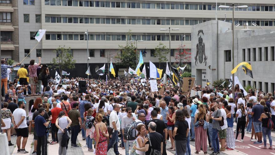 Miles de personas frente a Presidencia del Gobierno tras la marcha contra la ampliación del muelle de Agaete.