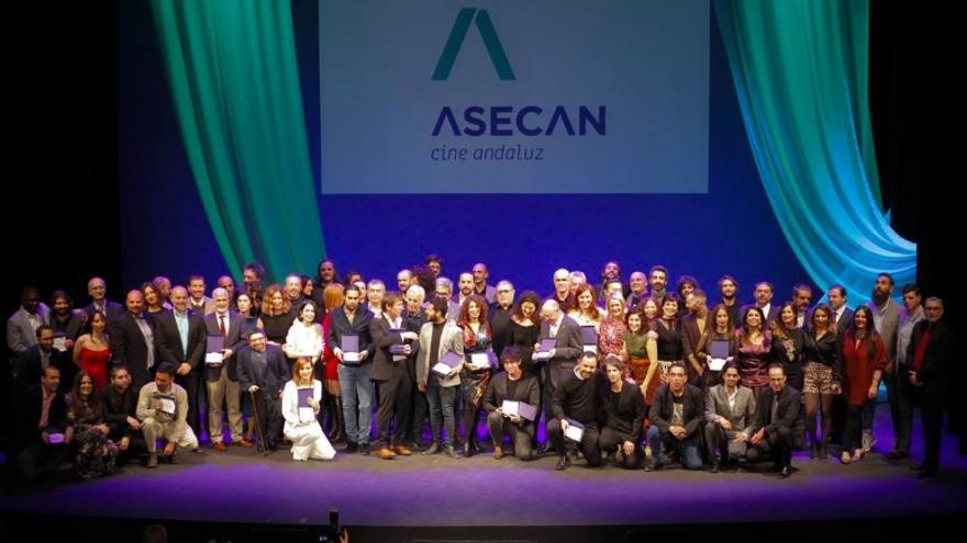 Foto de familia de los premiados en la gala de los premios Asecan 2019