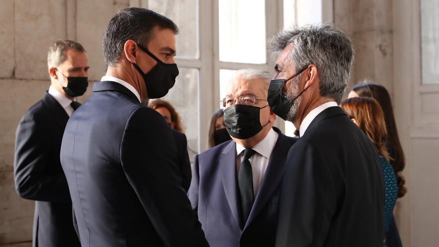 Pedro Sánchez, Carlos Lesmes y Juan José Rivas durante el acto de homenaje a los fallecidos por la pandemia.