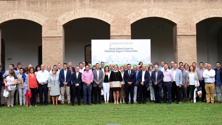 La consellera de Obras Públicas, María José Salvador, en el centro de la imagen junto a los alcaldes firmantes del Pacto