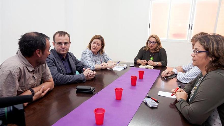 La secretaria general de Podemos en Canarias, Meri Pita (c), junto al coordinador de Izquierda Unida en Canarias, Ramón Trujillo (2i) y la secretaria de organización de Podemos, Conchi Moreno (3i), así como otros miembros de ambas formaciones, durante la reunión entre las dos formaciones