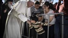 El papa se lleva de Lesbos a 12 refugiados sirios para acogerlos en el Vaticano