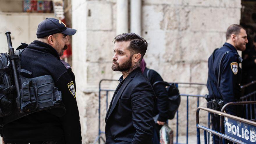 Abel Azcona ya no es un prófugo de la Justicia: un juez archiva la denuncia contra el artista por delitos contra los sentimientos religiosos