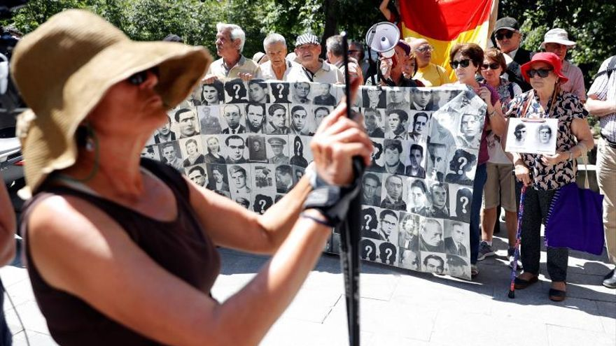 Varios colectivos se concentran contra suspensión de la exhumación de Franco