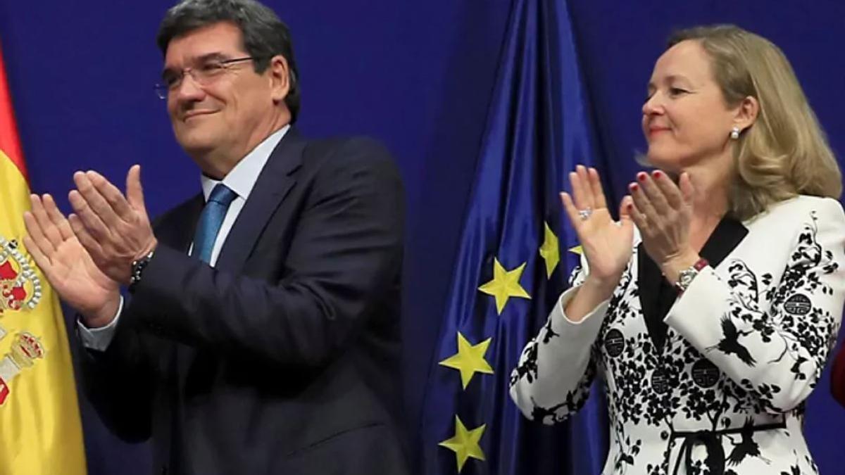 El ministro de Seguridad Social, Inclusión y Migraciones, José Luis Escrivá, junto a la vicepresidenta de Asuntos Económicos y Transformación Digital, Nadia Calviño, en una foto de archivo.