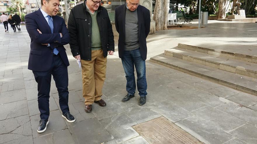 El alcalde José Manuel Bermúdez (izquierda), junto al periodista y seleccionador de los textos, Eduardo García Rojas (derecha)