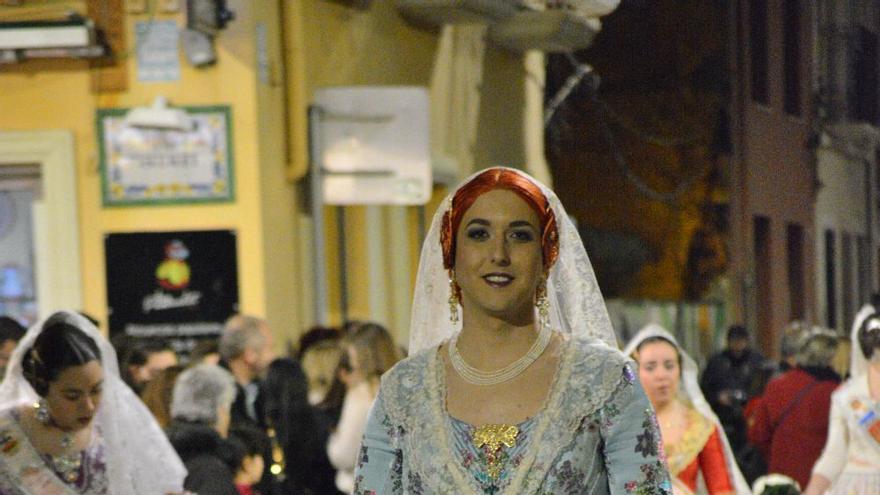 La Saniguinelli desfila vestida de fallera en la ofrenda fallera de Gandia