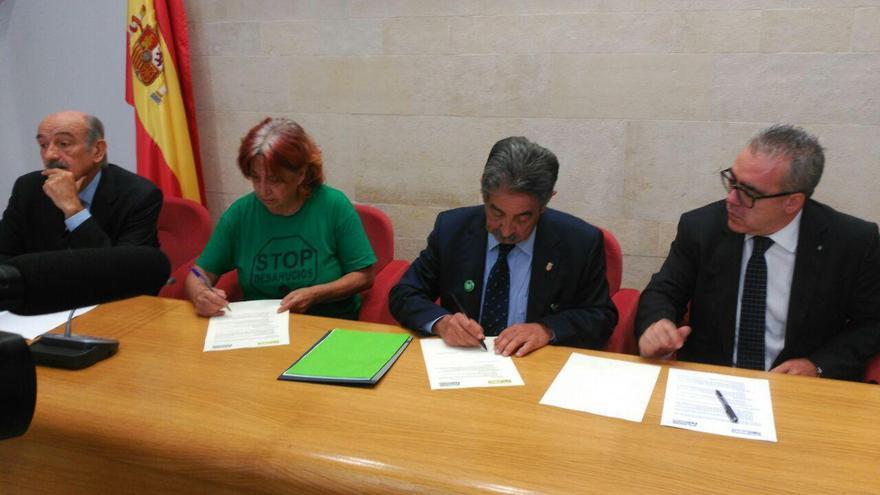 Revilla firma el documento de apoyo a la PAH | RUBÉN ALONSO