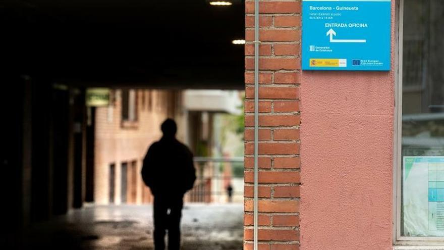 Una persona ante una Oficina de Empleo de Barcelona, este jueves, decimonoveno día del estado de alerta que decreto el Gobierno para frenar la pandemia de coronavirus, en la que ya se han producido más de 10.000 muertes en España.