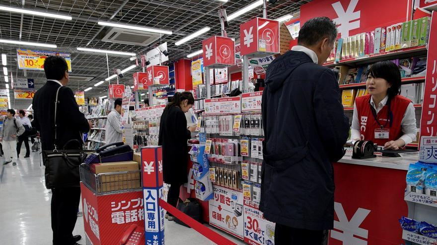 Los precios al consumidor en Japón bajaron un 0,7 % en octubre