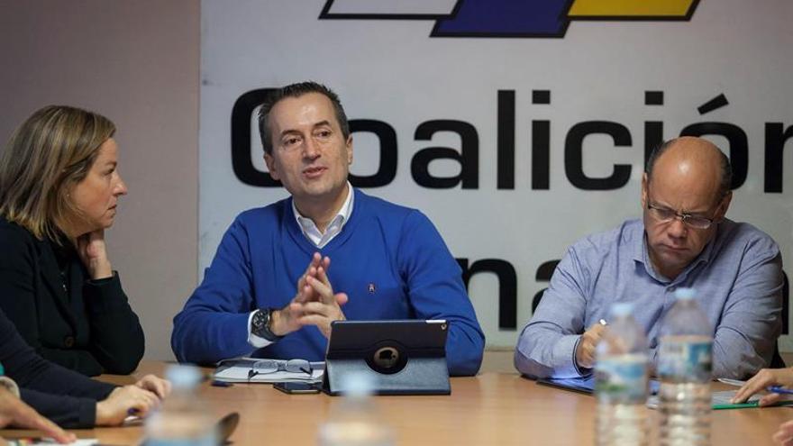 La diputada de Coalición Canaria en el Congreso, Ana Oramas (i), el presidente del Grupo Nacionalista Canario en el Parlamento canario, José Miguel Ruano (c) y el secretario general, José Miguel Barragán (d), durante la reunión de la Ejecutiva Nacional de Coalición Canaria