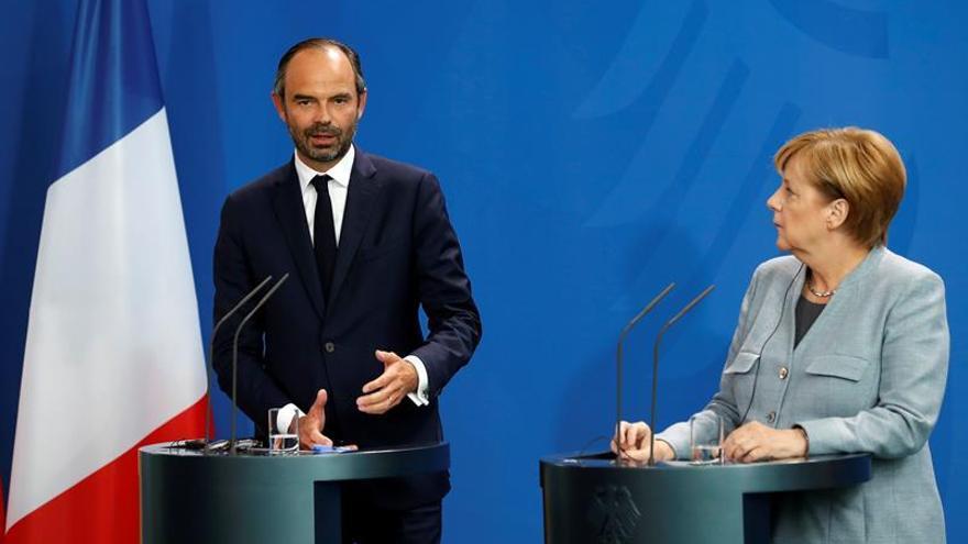 Merkel respalda la reforma laboral de Macron en Francia