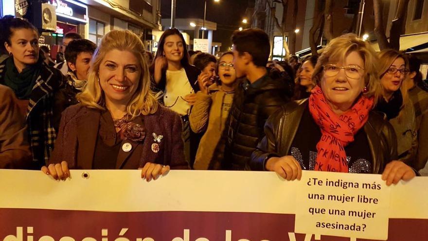 Gloria Alarcón a la izquierda en una manifestación feminista