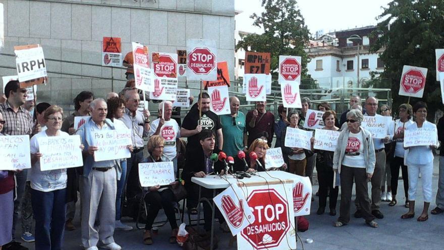 Concentración de Stop Deshaucios e IRPH Stop junto a los juzgados de San Sebastián.