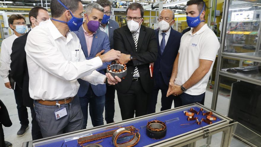 El vicepresidente Pablo Zuloaga, el consejero de Industria, Javier López Marcano, y el Secretario General de Industria y PYME del Ministerio de Industria, Comercio y Turismo, Raúl Blanco, visitan las instalaciones de la fábrica.