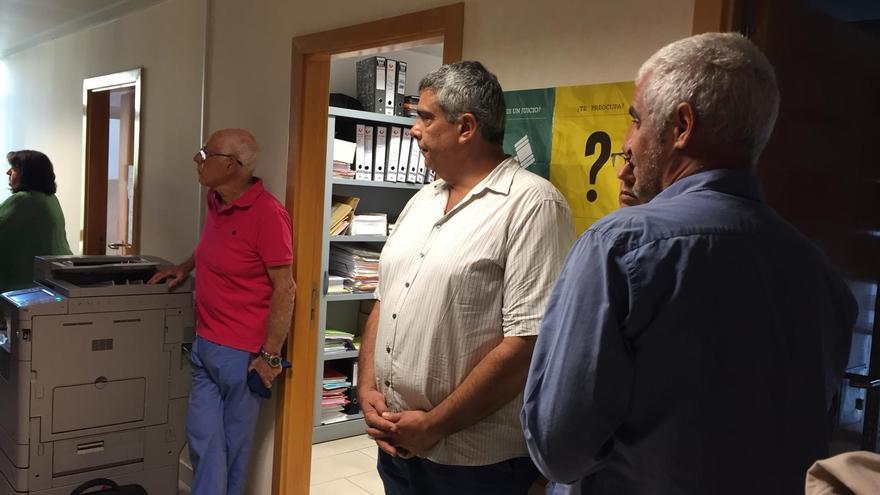Ángel Pablo Rodríguez (a la izquierda) este lunes en los Juzgados de Los Llanos de Aridane