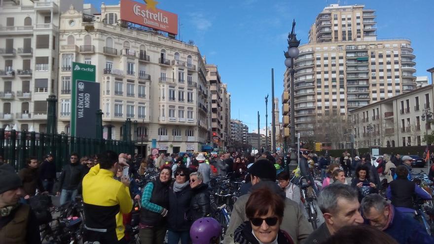 Ciclistas antes de la celebración de València en Bici por la apertura del anillo ciclista.