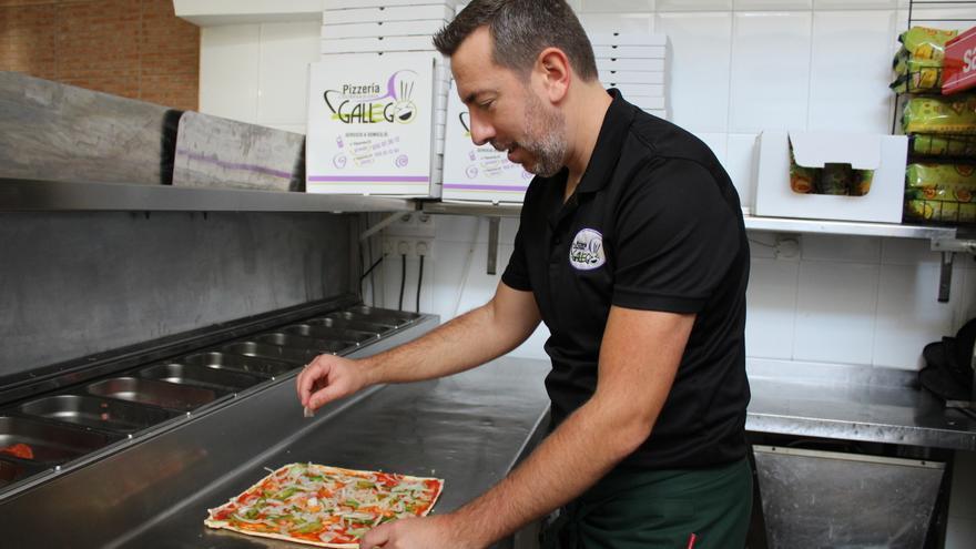 Roberto, trabajando en la Pizzería Gallego.