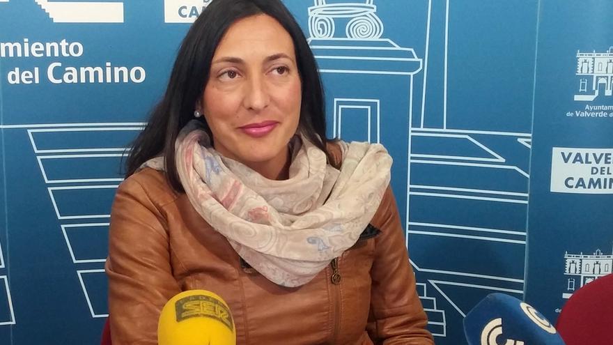 Loles López, en una rueda de prensa en el Ayuntamiento de Valverde del Camino.