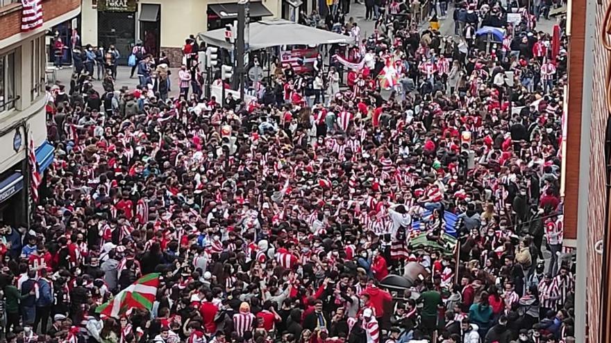 Aficionados del Athletic en la zona de Pozas en Bilbao