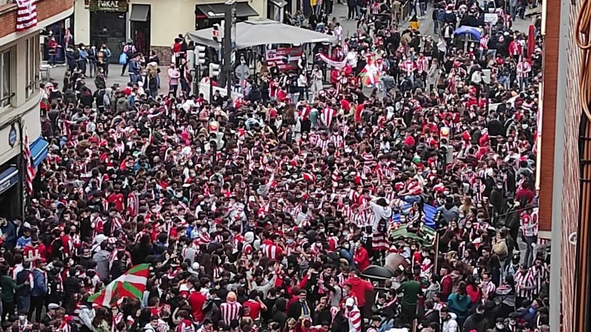 Aficionados del Athletic en la zona de Pozas en Bilbao antes de la final de la Copa del Rey hace dos semanas