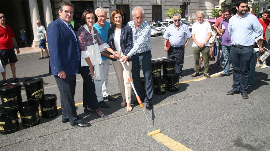El alcalde de Valencia, Joan Ribó, junto a Paco Borao, Elena Tejedor y la concejala Maite Girau (derecha).