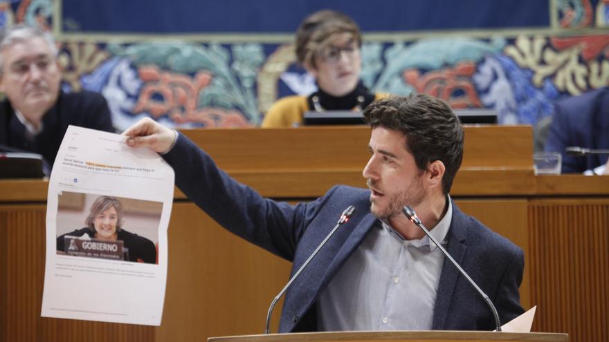 El secretario general de Podemos en Aragón, Nacho Escartín, muestra un recorte de prensa de la ministra de Medio Ambiente, Isabel García Tejerina