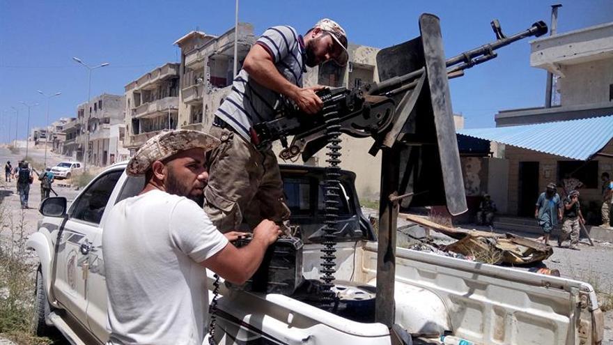 Mueren 4 milicianos en combates por el control de la zona petrolera de Libia