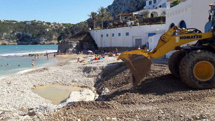 Bañistas al fondo y la excavadora tapando el boquete de la cala del Portitxol