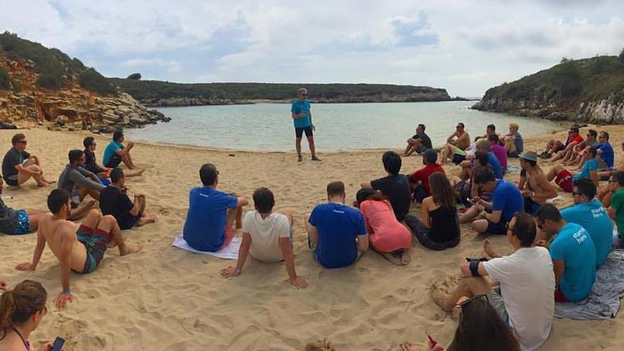 Martín Varsavsky da una charla en la playa, en la edición de 2016 de Menorca Millennials (Imagen: Menorca Millennials | Facebook)