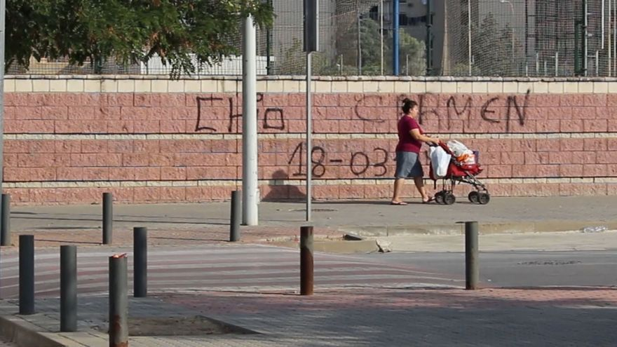 Una mujer pasea en el Polígono Sur de Sevilla