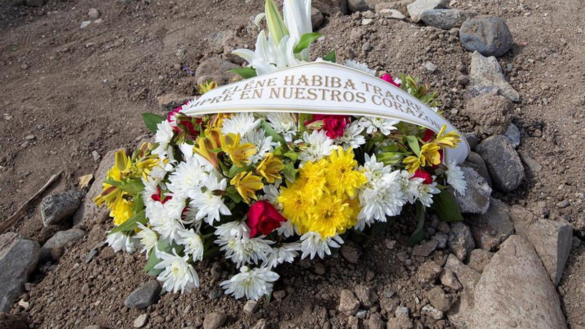 Vestida de luto desde la cabeza a los pies, Massa, su madre, ha asistido al último adiós de la niña en el cementerio de San Lázaro, acompañada por un puñado de personas procedentes de la Federación de Asociaciones Africanas en Canarias