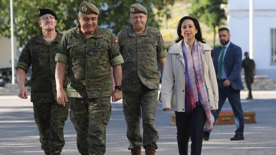 La ministra de Defensa, Margarita Robles, junto al Jefe de Estado Mayor del Ejército de Tierra, el general Francisco Javier Varela