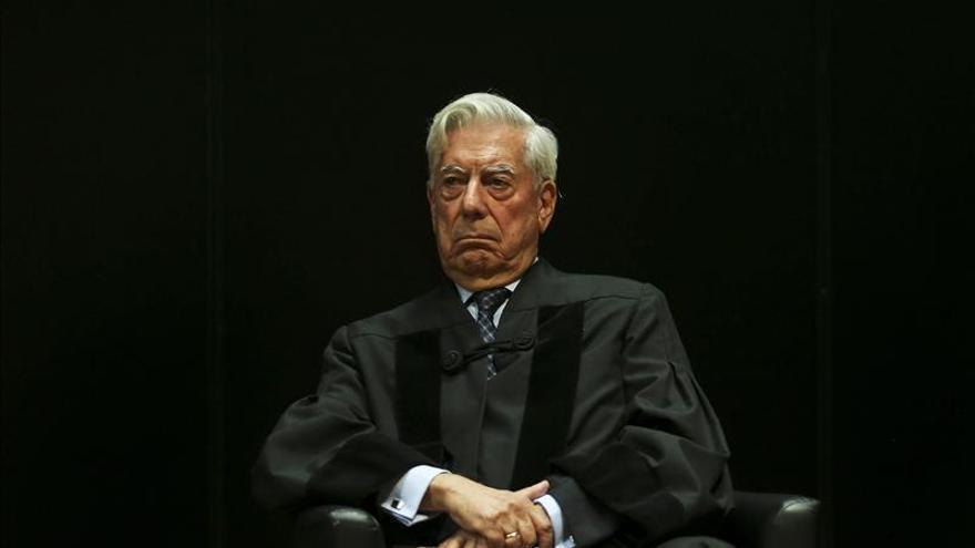 """Vargas Llosa ve """"con preocupación"""" el ascenso de Podemos en la vida política"""