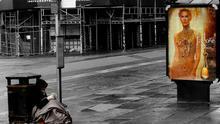 Unos viven en la calle y otros usan perfumes de 100€ -- by the yes man@Flickr