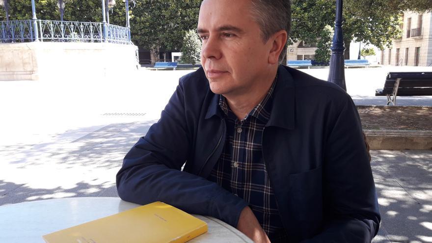 El poeta Lorenzo Oliván durante la entrevista con eldiario.es.