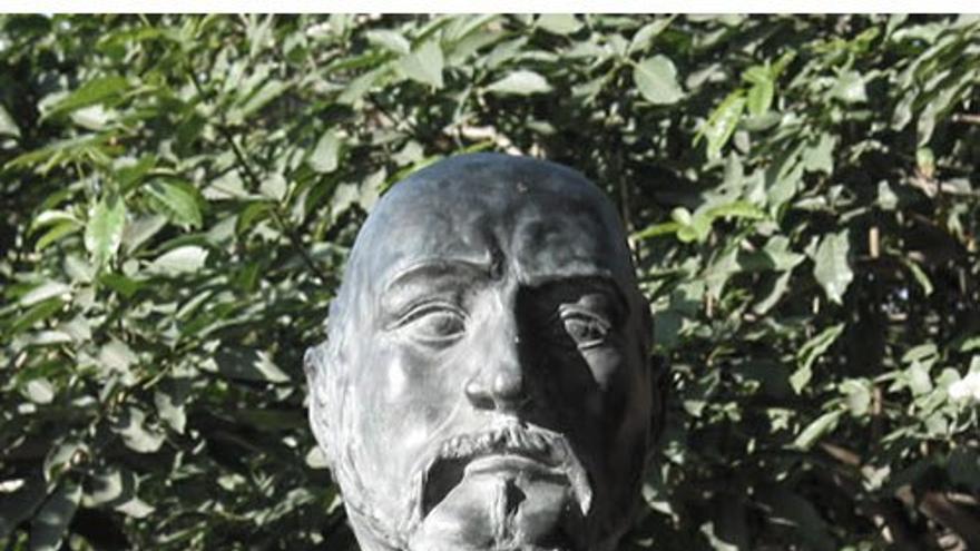Busto en honor a Antonio López Botas.