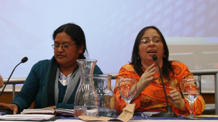 Natalia Atz y Paula del Cid, activistas guatemaltecas, en una de sus conferencias. (Entrepobles)