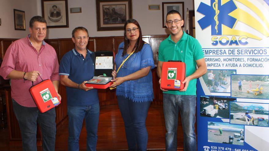 La presentación del proyecto de 'Cárdio-protección de la ciudad' contó con la presencia del alcalde, Sergio Rodríguez (c); el primer teniente de alcalde, Andrés Carmona (i); el concejal de Deportes, Daniel Martín, y la gerente de SOAC La Palma, Laura Rodríguez.