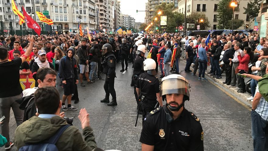 La policía hace un cordón a la manifestación para evitar que grupos de extrema derecha la revienten.