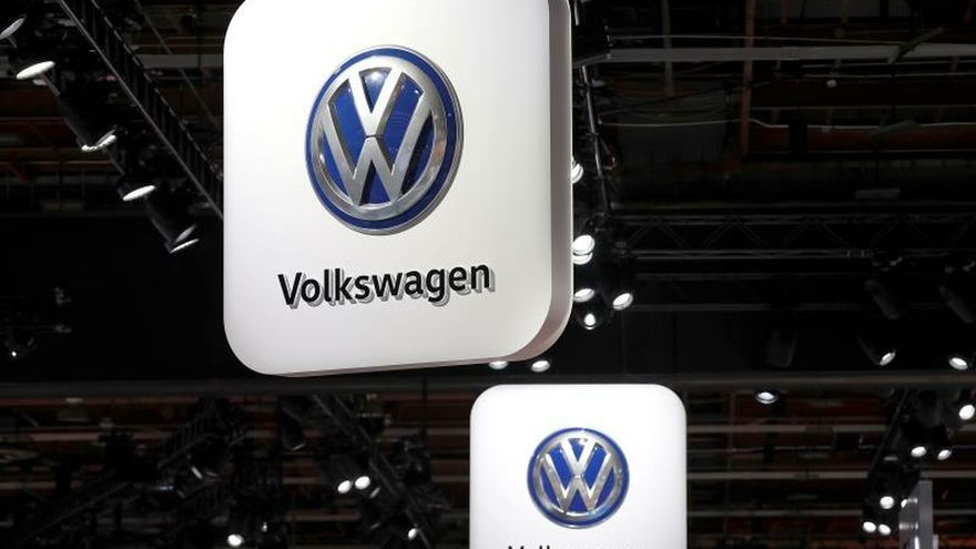 Vista de unos carteles con el logo de Volkswagen.