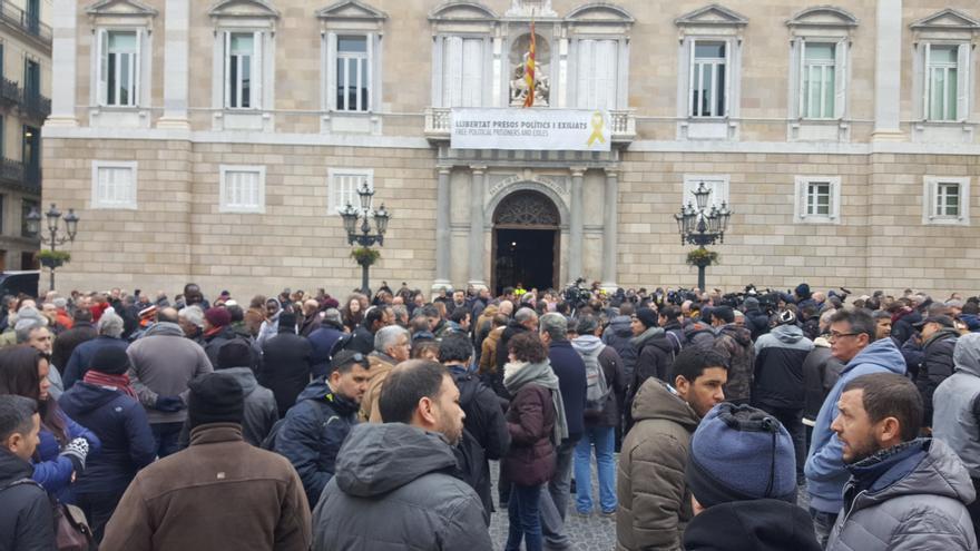 Conductores de VTC protestan a las puertas del Palau de la Generalitat por la aprobación del reglamento que regula el servicio de Uber y Cabify