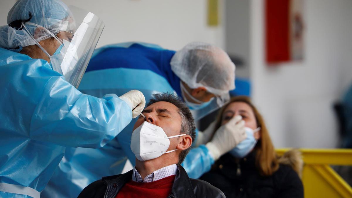 Personal sanitario realiza test de cribado masivo a la población