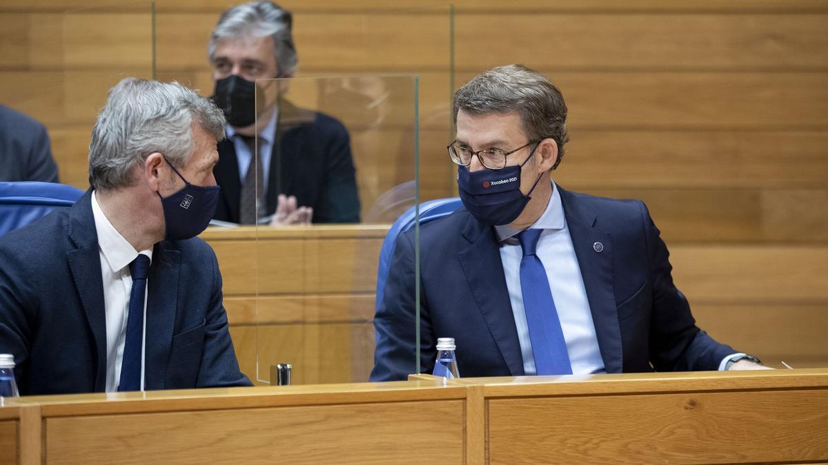 Feijóo conversa con Alfonso Rueda en el Parlamento.